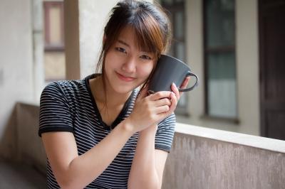 コーヒーカップをもった女の子