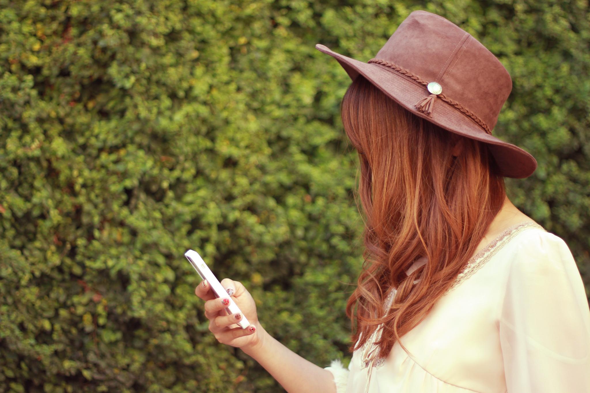 携帯を見る女の子