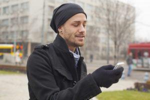 携帯をいじる男性